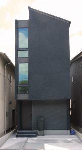 スカイバルコニーのある街中狭小住宅外観