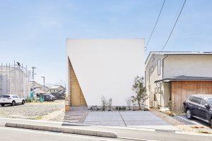 無垢と漆喰の家内観